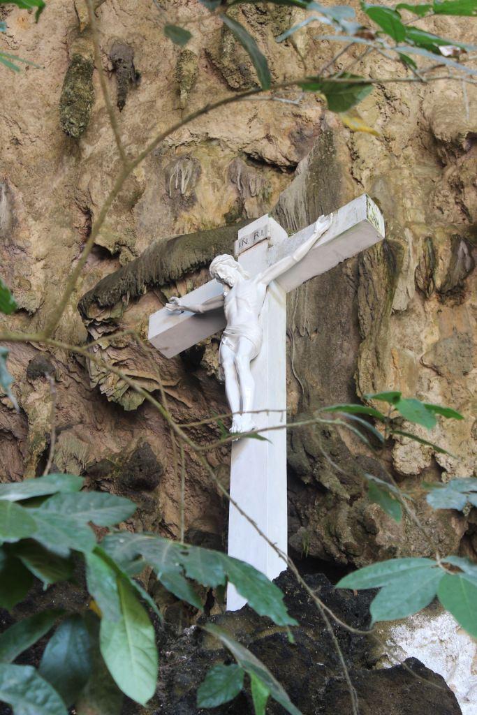 Patung Salib di dalam Goa
